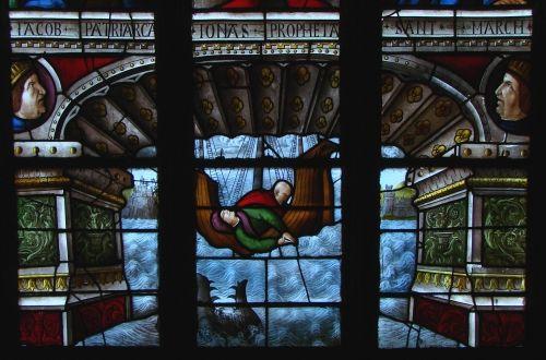 Фрагмент от витраж на катедралата в Ош, изобразяваща сцената с кита.